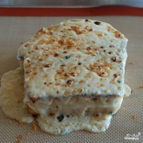 Запекаем бутерброды в духовке до золотистости корочки. Следите за бутербродами очень внимательно - они моментально подгорают!