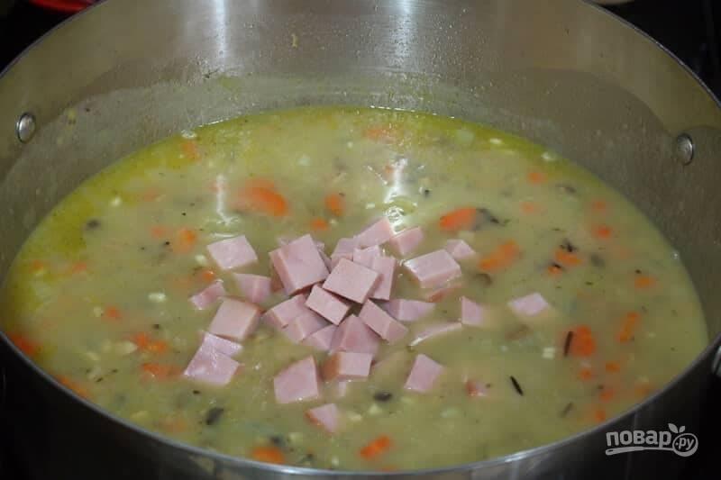 4.Нарежьте кубиками ветчину и выложите в кастрюлю, накройте крышкой и варите еще 15 минут.