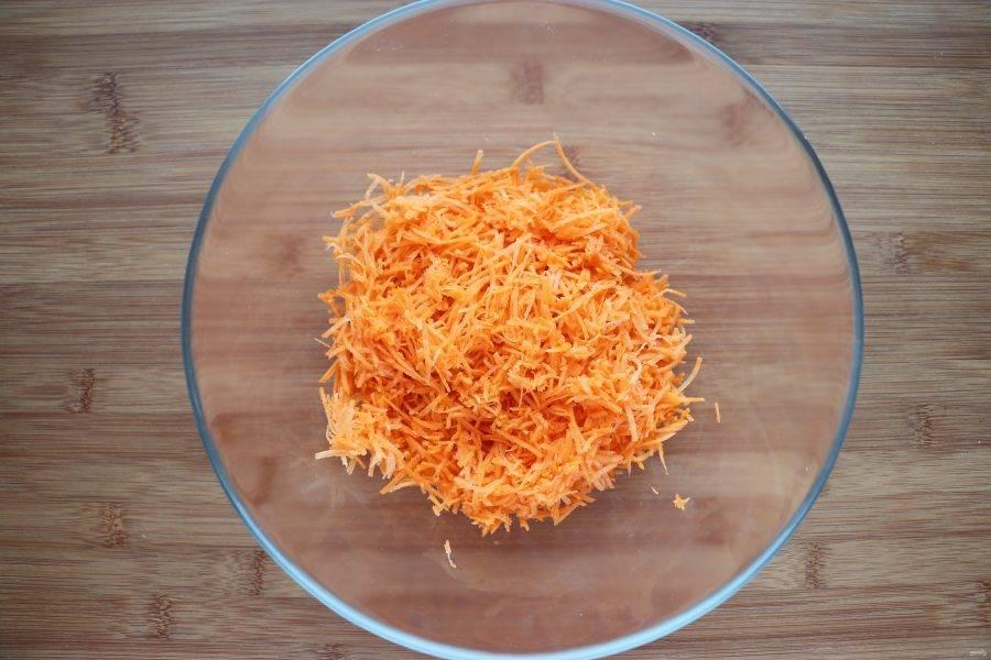 Морковь очистите и натрите на мелкой терке, также можно для этого использовать комбайн.