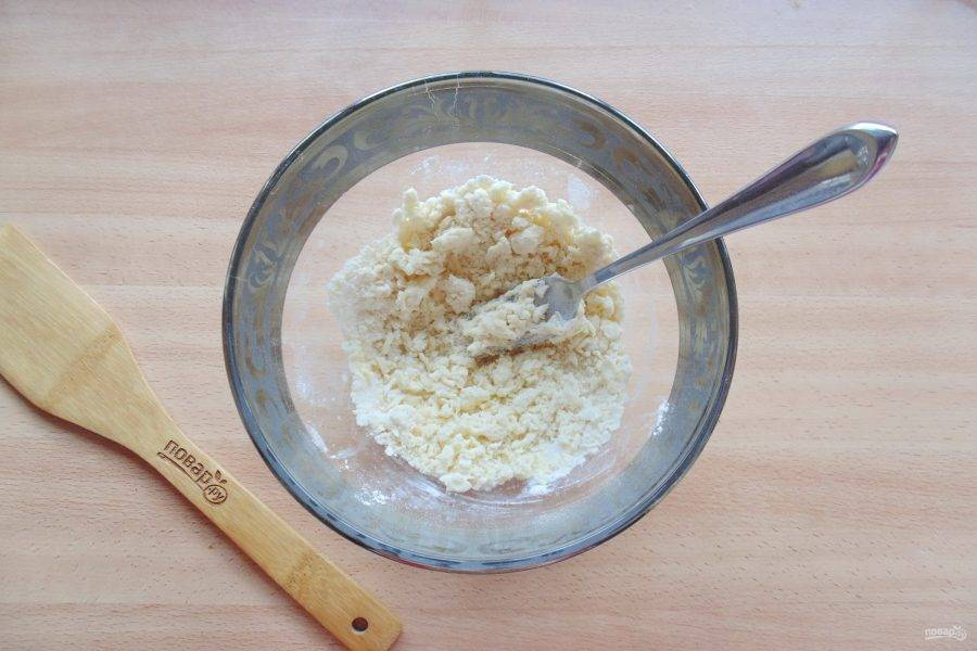 Перемешайте вилкой сливочное масло, сахарную пудру и муку, превращая смесь в крошку.