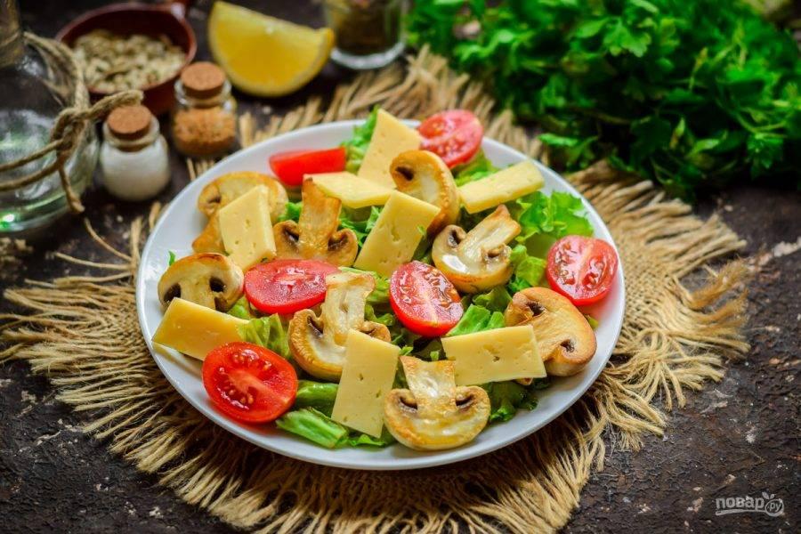 Твердый сыр нарежьте пластинами и выложите в салат.