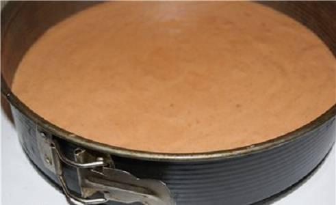 5. Разогреть духовку до 160 градусов и выпекать бисквит около 30 минут. Готовность проверить шпажкой, однако духовку не открывать первые 20 минут.