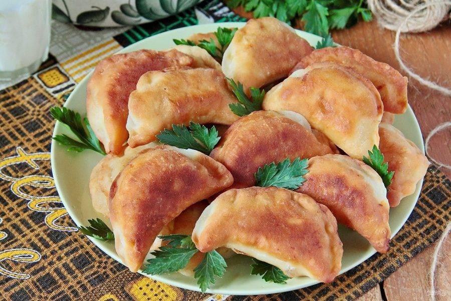 Постные пирожки с фасолью готовы. Подавать их лучше всего в горячем виде, пока они аппетитно хрустящие.