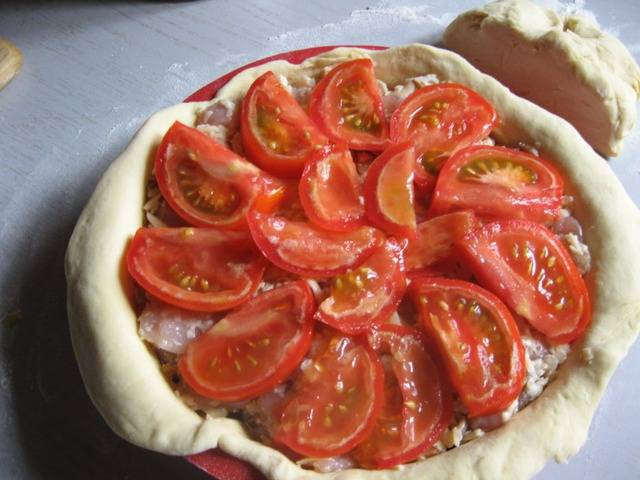 3. Первым слоем идет лук полукольцами, далее - смесь и курицы, грибов и сыра, и сверху все покрываем ломтиками помидора. Солим по вкусу.