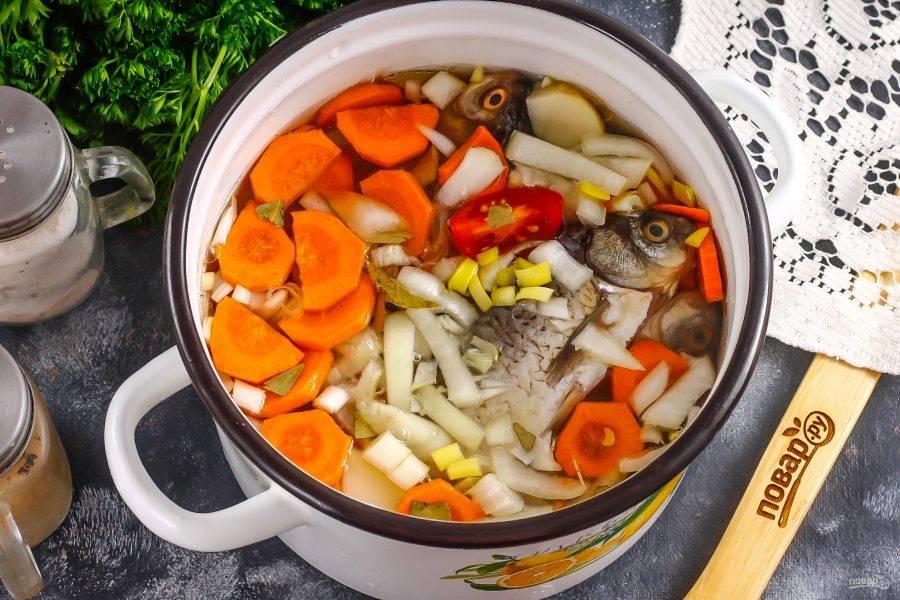 Влейте горячую воду, добавьте специи и поместите емкость на плиту. Отварите примерно 25 минут, снимая образующуюся пену.