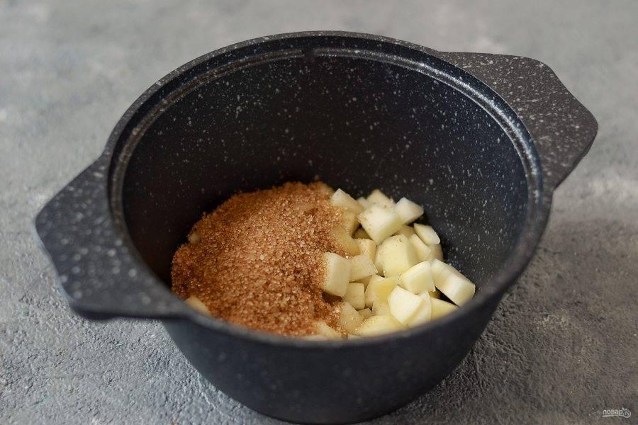 Засыпьте грушу сахаром. Нагрейте в сотейнике, чтобы сахар полностью растворится, а груша стала немного мягче. Если груша не сочная, можно добавить пару столовых ложек воды или белого вина. Когда сахар полностью растворится, проварите грушу в получившемся сиропе 1-2 минуты. Затем откиньте на сито, чтобы стекла лишняя жидкость.