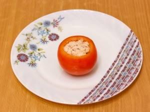 Помидоры нужно вымыть и срезать с них верхушку. Мякоть вытащить и нафаршировать куриным филе, а затем залить бульоном. После этого, ставим помидоры в холодильник на 5-6 часов для застывания.