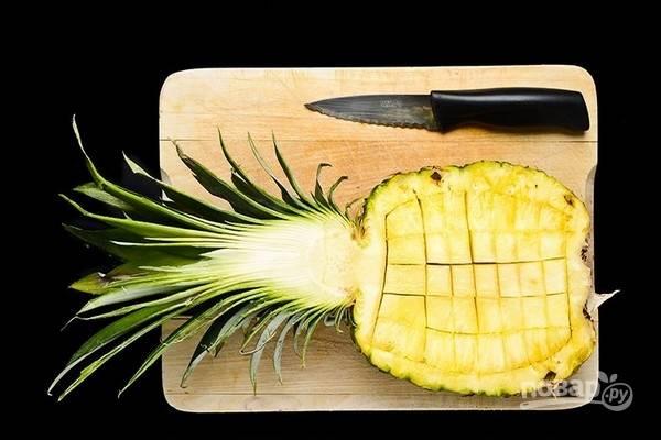 2.Нарежьте мякоть ананаса на небольшие кубики.