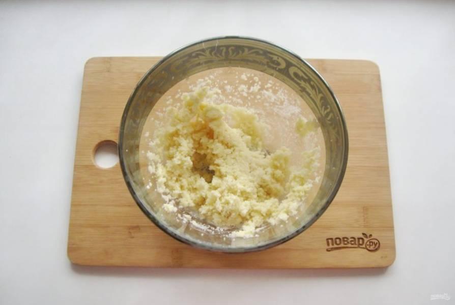 В миске взбейте миксером мягкое сливочное масло и сахар.
