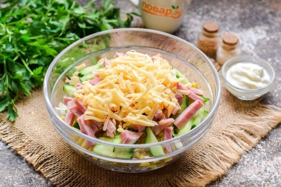 Твердый сыр натрите на средней терке, переложите ко всем ингредиентам.