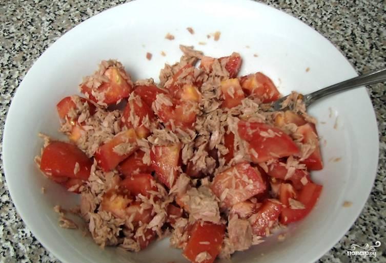 2. Добавляем помидоры, порезанные кусочками, а также соль и другие специи по вкусу. Аккуратно перемешаем.