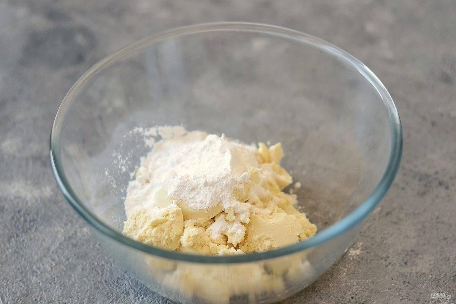Для крема взбейте творожный сыр с сахарной пудрой на средней скорости.