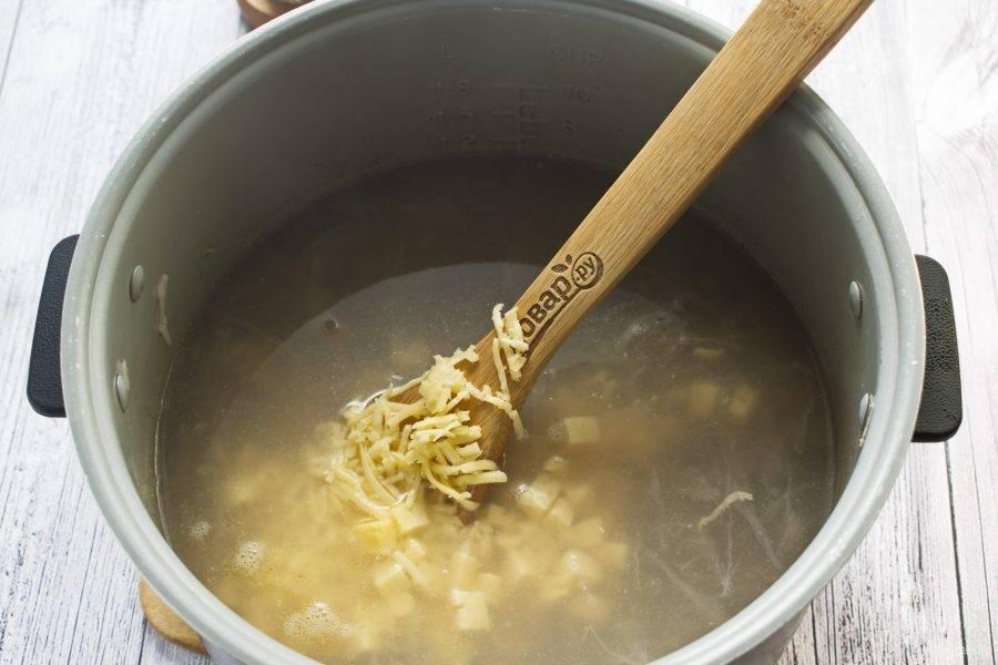Добавьте фарш, перемешайте, готовьте 15 минут. Добавьте сыр, соль и перец по вкусу, выключите мультиварку.