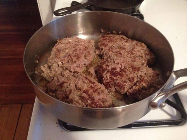 Котлеты обжарьте в сковороде.