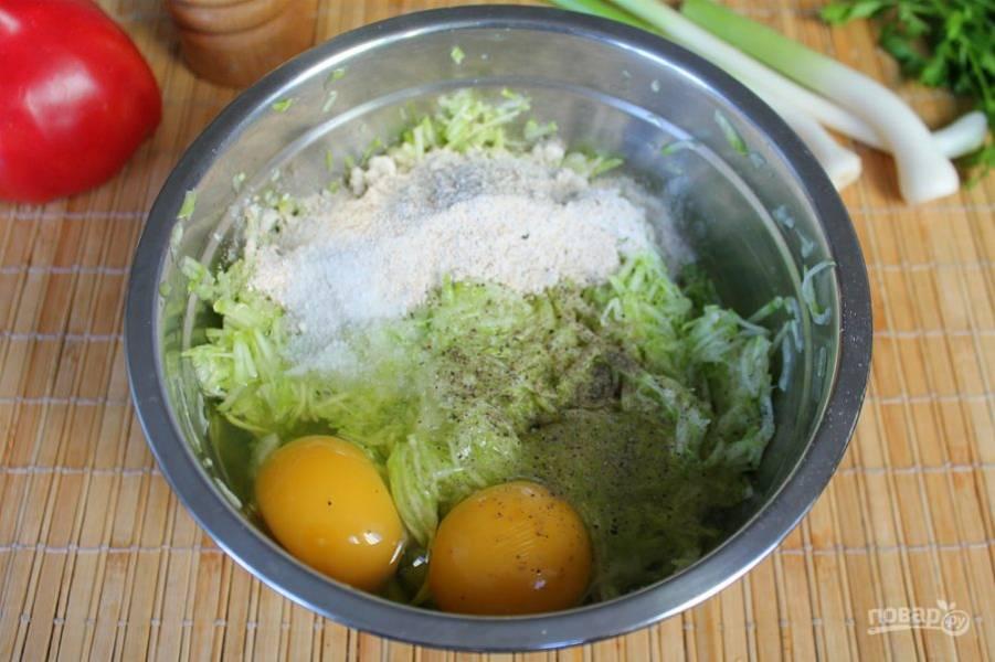Добавляем яйца, соль, перец и муку. Все перемешиваем и оставляем на 5-7 минут.