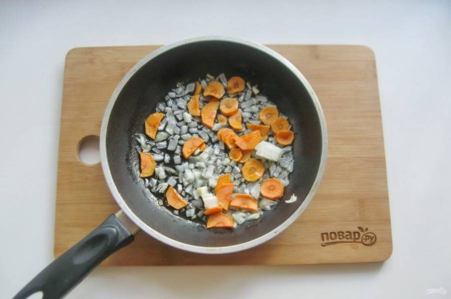 Налейте подсолнечное масло и пассеруйте овощи 7-8 минут.