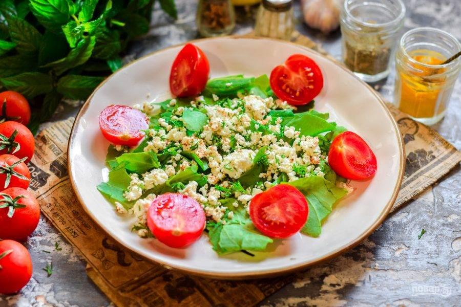 3. Помидоры черри ополосните и просушите, разрежьте пополам, добавьте в тарелку с салатом.