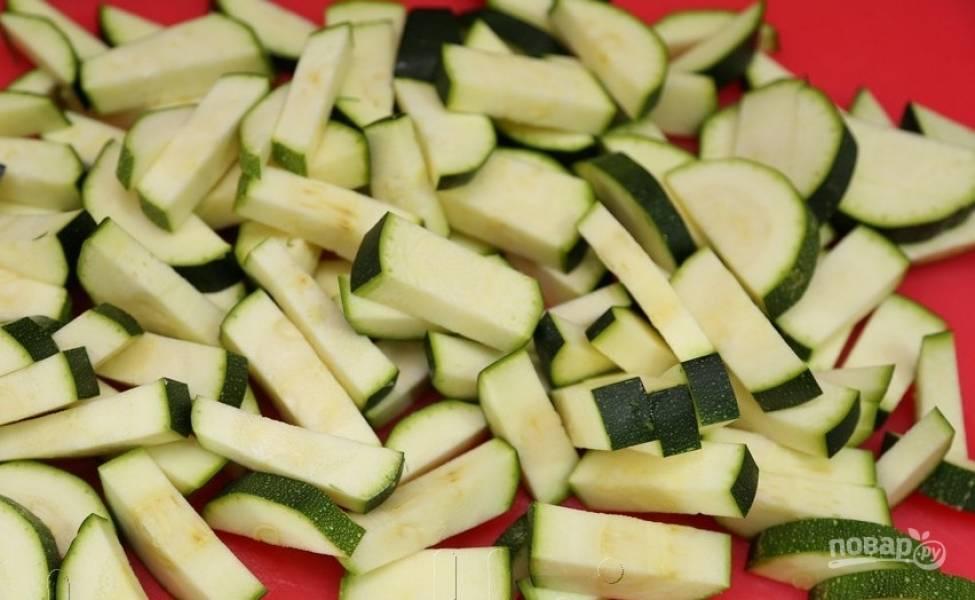 Цукини, баклажан и перец промойте. Нарежьте овощи кусочками.