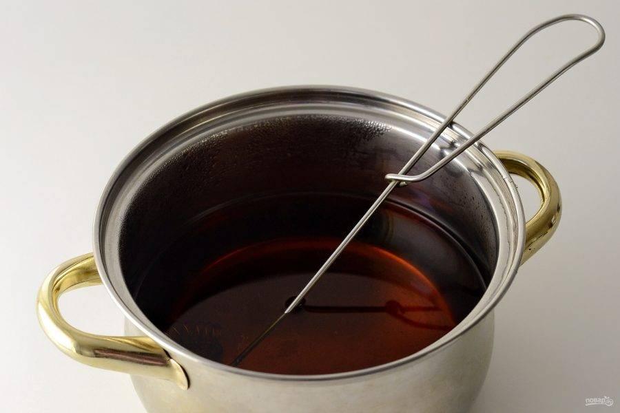 Процедите чай, перелейте в кастрюлю. Добавьте ром, подогрейте (но не доводите до кипения), снимите с плиты.