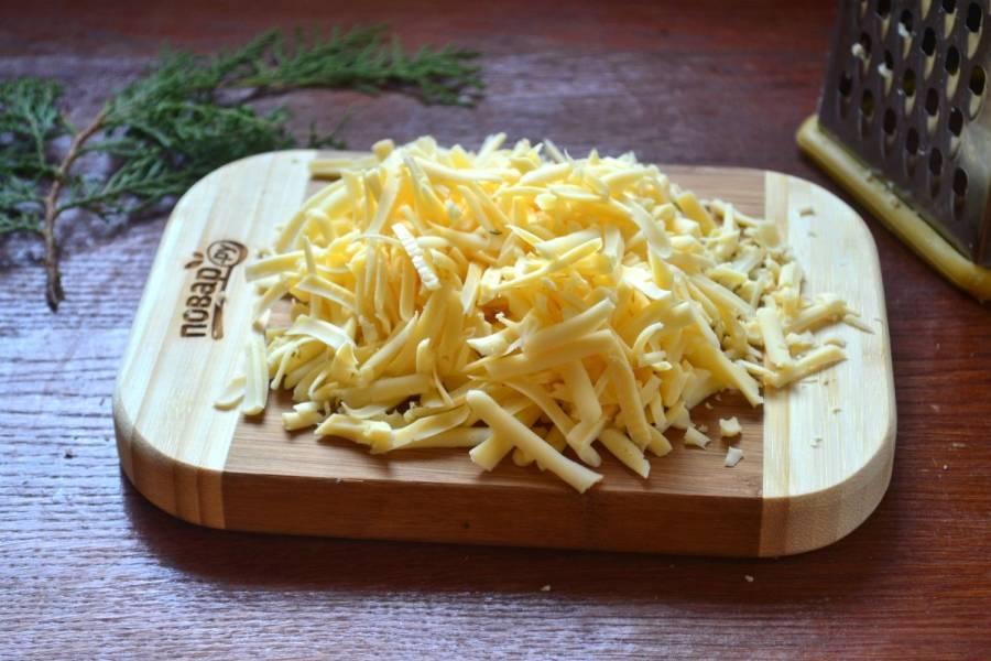 Твердый сыр натрите на крупной терке или просто порежьте слайсами.