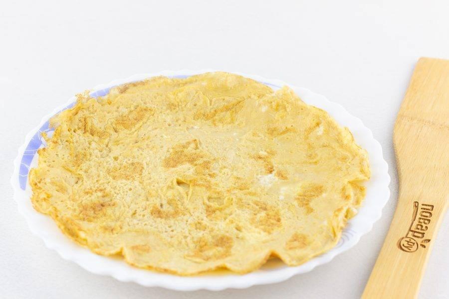 Сковороду смажьте оливковым маслом и приготовьте омлет-блинчик, обжаривая с двух сторон.