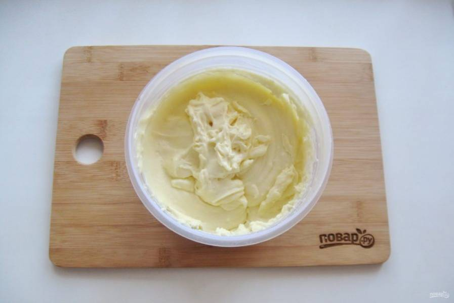 После крем хорошо охладите и по одной столовой ложке введите мягкое сливочное масло, постоянно взбивая крем миксером.