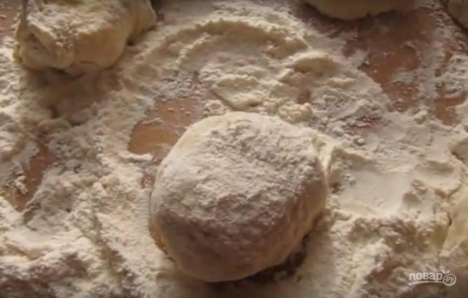 Спустя 30 минут поделите тесто на шарики и раскатайте их.
