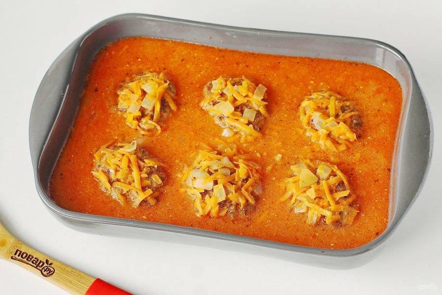 Залейте все соусом, накройте фольгой и запекайте в духовке при температуре 180 градусов около 30-40 минут. Я ориентируюсь по готовности риса.