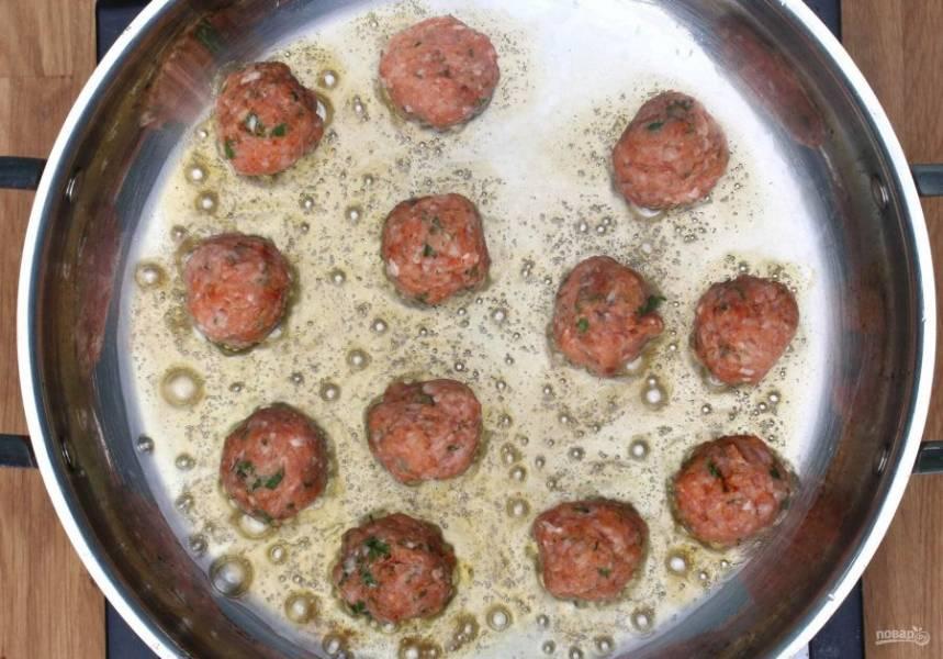 3.Разогрейте 2 столовые ложки растительного масла, выложите фрикадельки на разогретую поверхность.