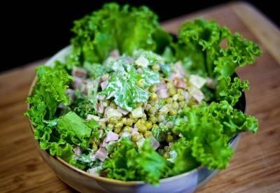 Подать с листьями салата.