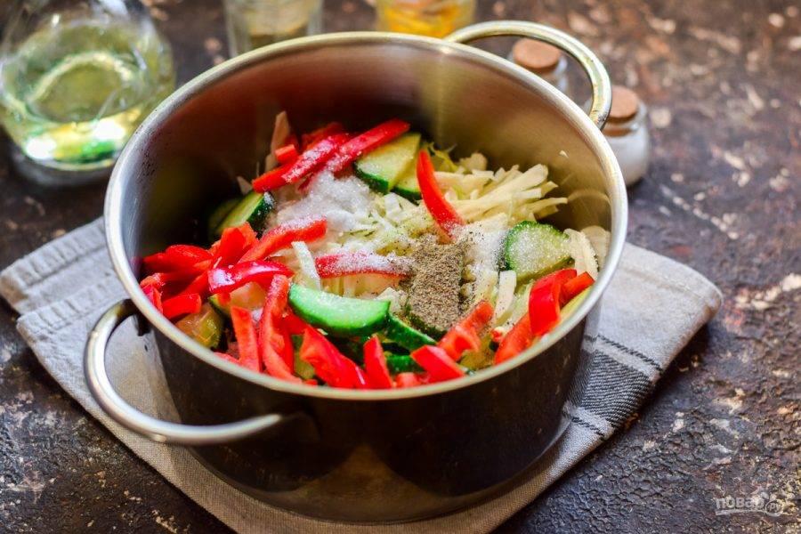 Все овощи сложите в кастрюлю, добавьте соль, сахар, можно перец. Влейте масло. Все перемешайте и дайте постоять 2 часа.