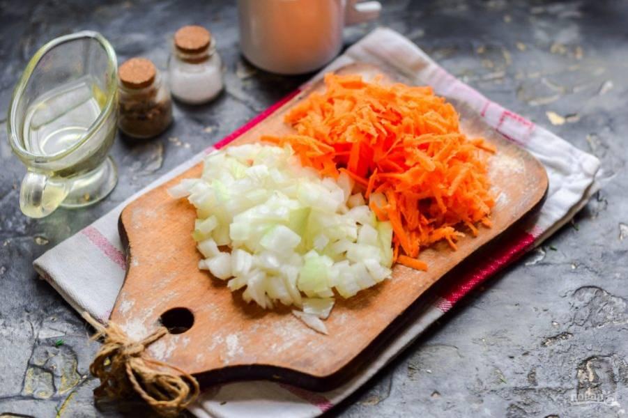 Очистите морковь и лук, овощи сполосните и просушите. Морковь натрите на средней терке, луковицу нарежьте небольшими кубиками. Поджарьте овощи до готовности - несколько минут.