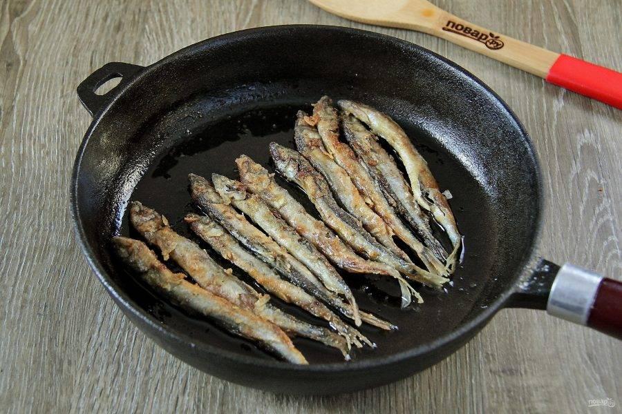 На сковороде разогреваем растительное масло и обжариваем рыбу с двух сторон до золотистого цвета.