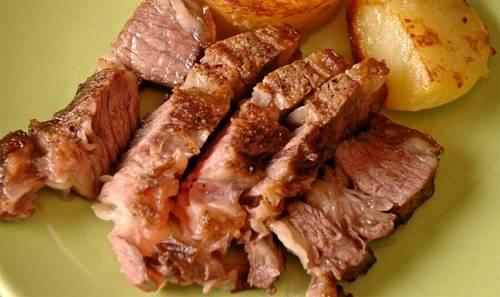 4. Когда мясо легко будет отделяться от кости, - ваше блюдо готово! Приятного отдыха!