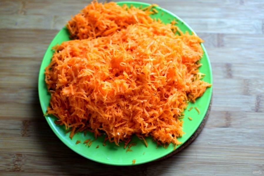 Морковь очистите, обсушите и натрите на мелкой терке. Выбирайте сочный сорт.