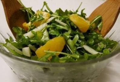 Большой красивый салатник постепенно наполняем готовыми ингредиентами - кусочки курочки, апельсина и зелень - рукколу, петрушку и мяту. Добавляем по вкусу соль и специи и перемешиваем. Салат готов!