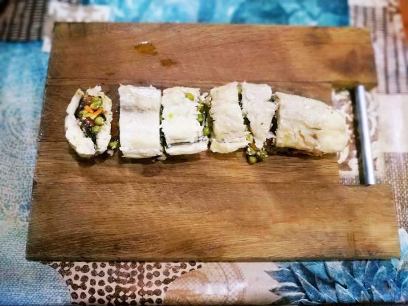 Когда рыба запечется, дайте ей немного отдохнуть в фольге, затем порежьте на кусочки.
