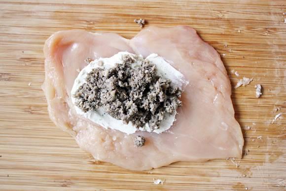 4. На филе выложить тонкий ломтик сыра и небольшое количество жареных грибов. При желании этот простой рецепт грудки, фаршированной грибами и сыром можно дополнить также ломтиком помидора.