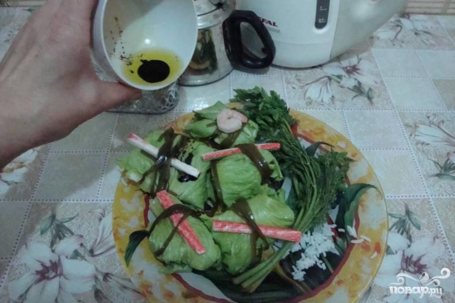 Голубцы с креветками в листьях салата и морской капусте