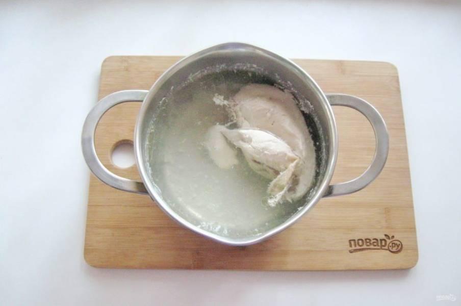 Куриную грудку или другие мясистые части курицы сварите до мягкости. Бульон пригодится для супа.