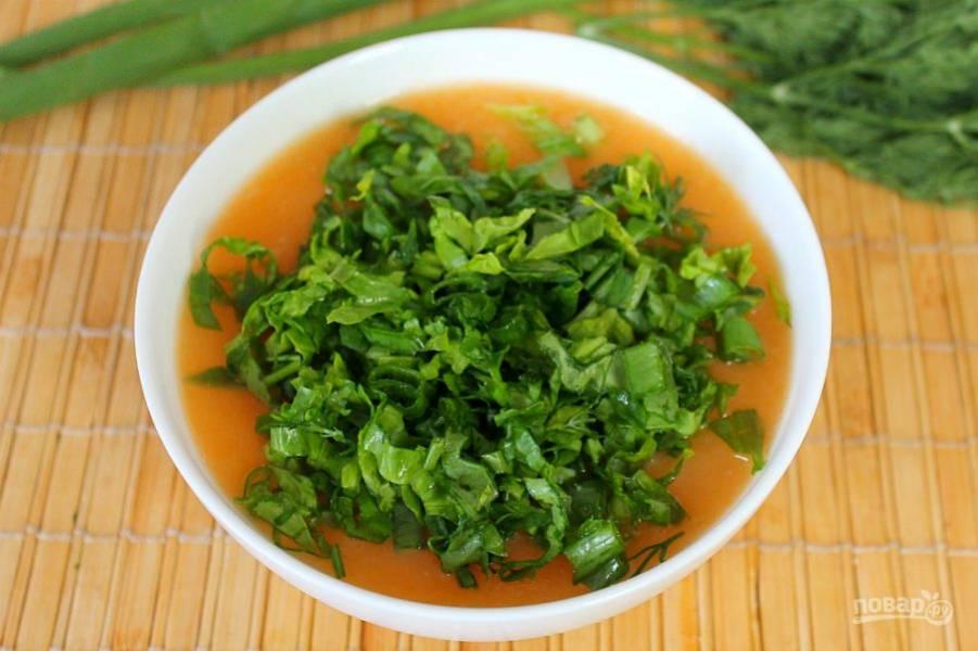 Зеленый лук, укроп и шпинат режем и добавляем в тарелку с супом.
