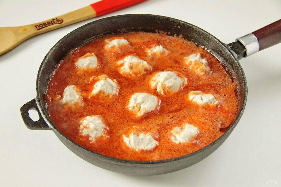 В горячий соус опустите поочередно клецки при помощи ложечки.