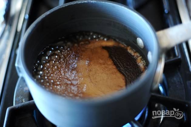 8. Когда маринад закипит, уменьшите огонь и продолжайте выпаривать соус 10-15 минут.