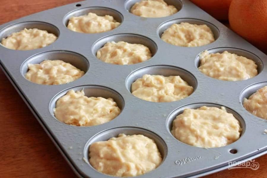 11.Смажьте формы для выпечки и выложите в них тесто.