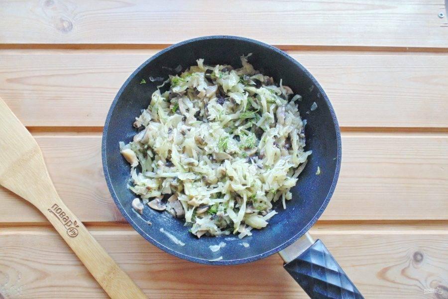 Капусту с луком и грибами посолите по вкусу и перемешайте.