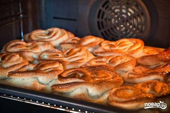 16. Разогрейте духовку до 200 градусов и выпекайте плюшки минут 10-15 до румяности.  Приятного чаепития!