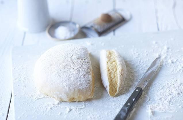 3. Смешайте картофель с ячными желтками и мукой.
