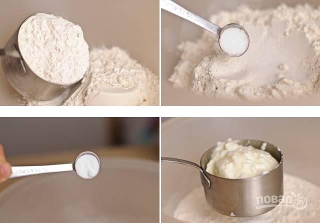 1. В глубокой мисочке соедините муку, соль, сахар, соду и йогурт.