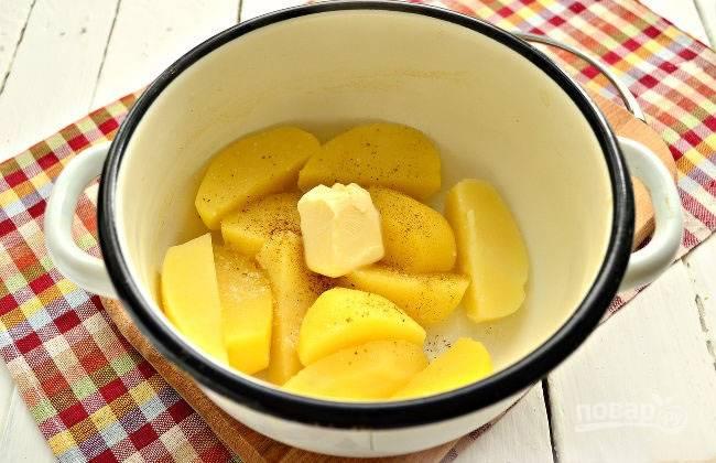 Сливаем воду с картофеля, добавляем к нему сливочное масло.
