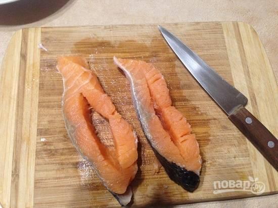 2. И сделаем прорези в каждом кусочке рыбы.